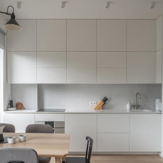 Симметричная белая кухня