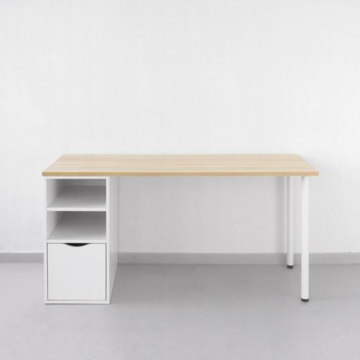 Широкий рабочий стол с опорой из полок с ящиком