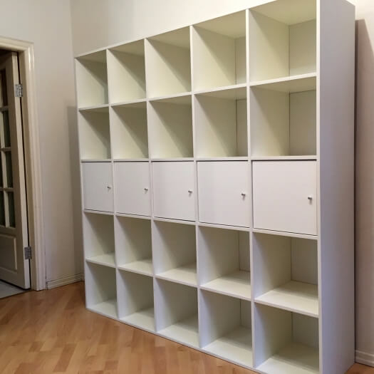 Белый книжный шкаф 5x5 со вставными модулями из IKEA